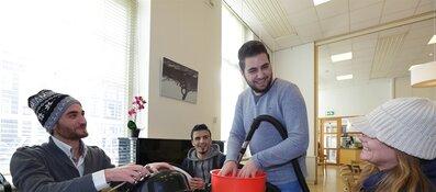 Amsterdamse Aanpak: 736 statushouders begeleid naar betaald werk