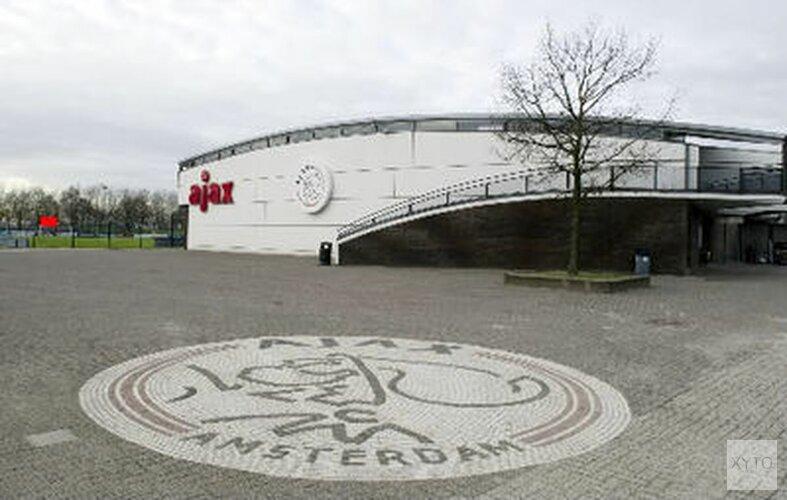 Spelers Jong Ajax dragen titel op aan Nouri