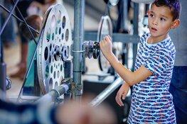 Aan de slag met machines in de Familiewerkplaats van NEMO