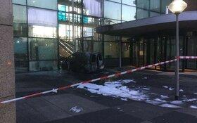 Aanslag op pand Telegraaf: busje ramt gevel en vliegt in brand