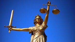 Holleeder en zus Astrid clashen in de rechtszaal