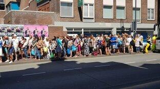 Geen treinen naar Zandvoort aan Zee: lange rijen mensen in de brandende zon