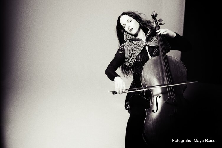 Amerikaanse cello-diva Maya Beiser treedt op tijdens festival Cello & Film in Eye Filmmuseum