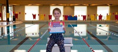 Ella ontving het eerste zwemdiploma Amsterdamse stijl