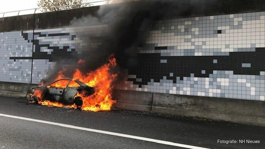 Auto volledig uitgebrand langs A5 bij Schiphol