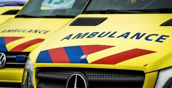 Twee gewonden na botsing auto en scooter op Jan van Galenstraat