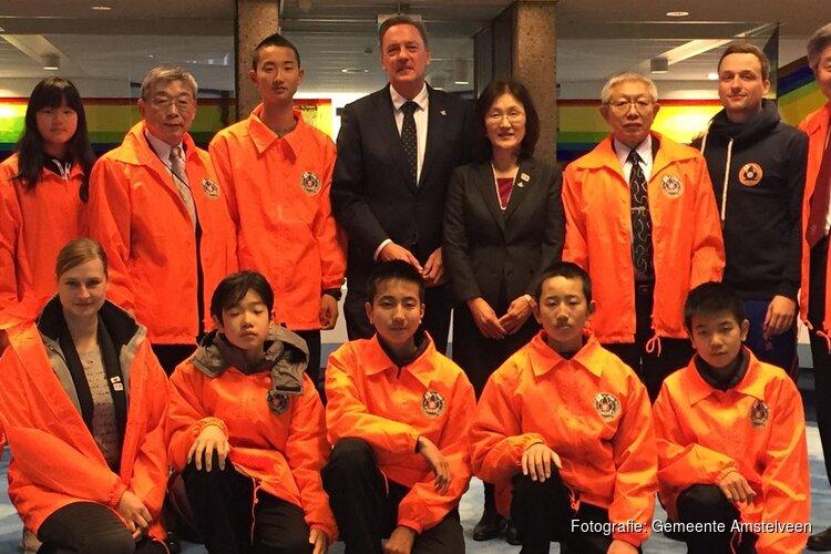 Wethouder ontvangt Japanse karateclub