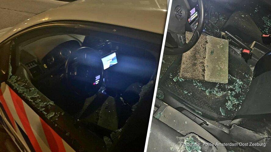 Stoeptegel door ruit politie-auto gegooid in Amsterdam