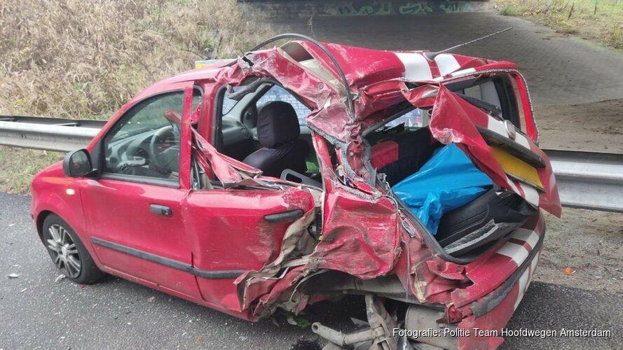 Vrachtwagen ramt auto met pech en mist bestuurder op een haar na