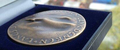 GeuzenMiddenmeer en A.C.K.V. Oranje Nassau ontvangen Jubileumpenning