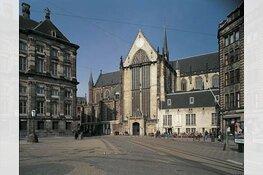Minister Van Engelshoven onthult gedenksteen voor Johan Huizinga in De Nieuwe Kerk Amsterdam
