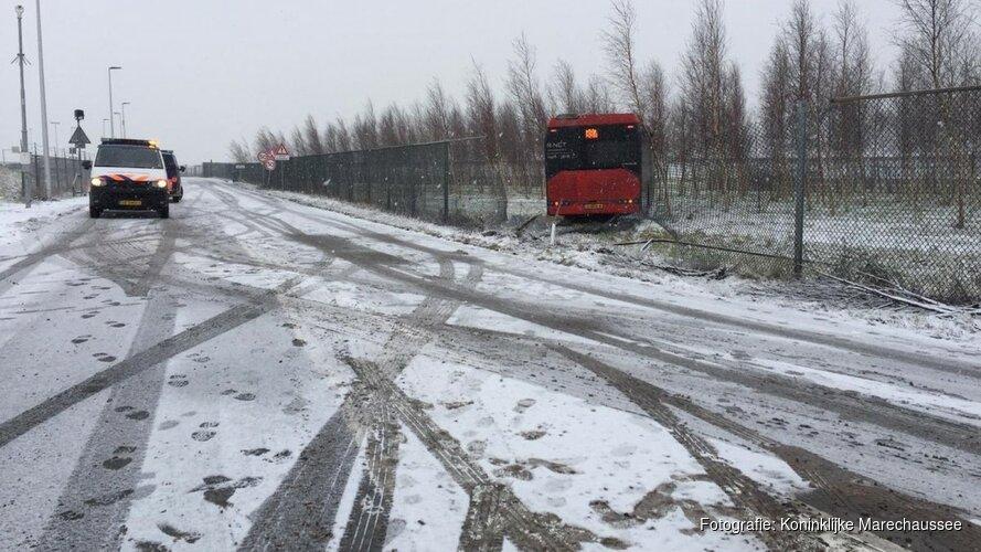 Bus glijdt door hek heen bij Schiphol