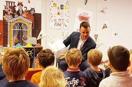 Wethouder Robbert-Jan van Duijn leest voor op KiVa school OBS Kudelstaart