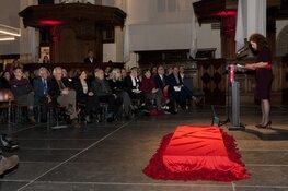 Minister Van Engelshoven onthult gedenksteen Johan Huizinga in De Nieuwe Kerk Amsterdam