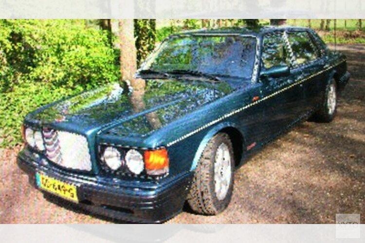 Groene Bentley Turbo onder bedreiging van vuurwapen gestolen