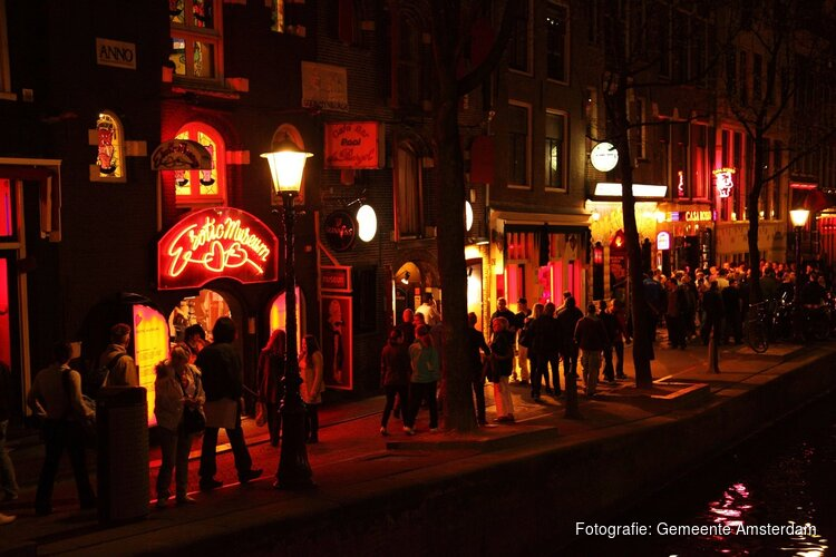 Amsterdam gaat rondleidingen langs de ramen op de Wallen verbieden