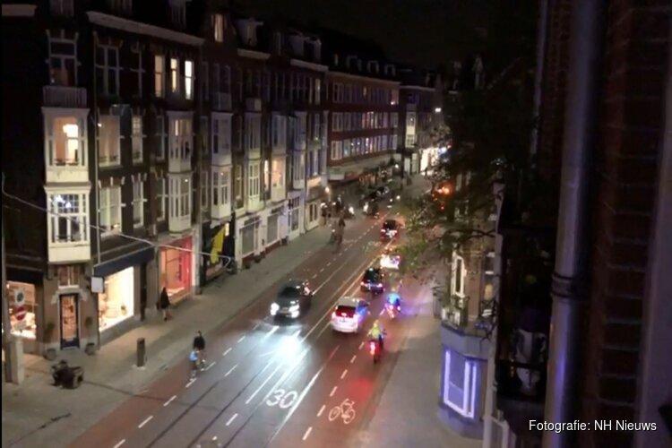 Scooterrijders demonstreren toeterend en met zwaailichten door Amsterdam