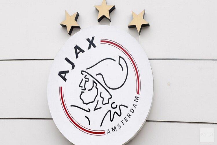 Ajax-bus met hard gezang onthaald bij de ArenA