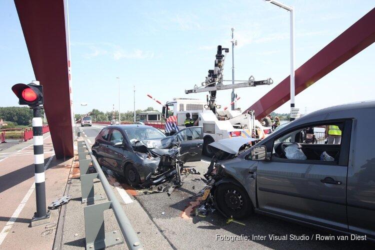 Twee gewonden bij frontale botsing op Schellingwouderbrug in Amsterdam