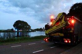 Auto belandt in water langs de Amsteldijk, bestuurder gaat ervandoor