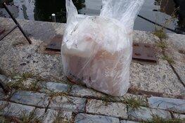 Jerrycans met onbekende vloeistof gevonden in water Amsterdam