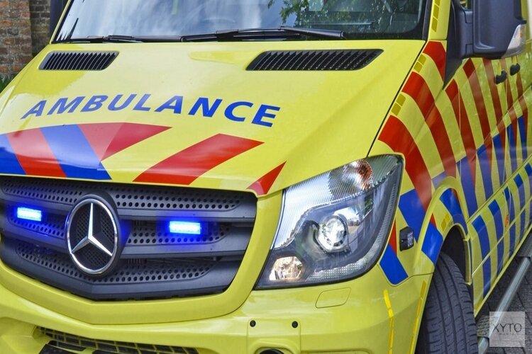 Taxi schept fietser op Amsterdamse kruising