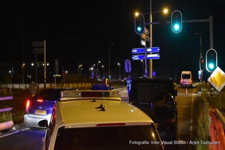 Beschoten automobilist knalt tegen brandweerkazerne Amsterdam: slachtoffer zwaargewond