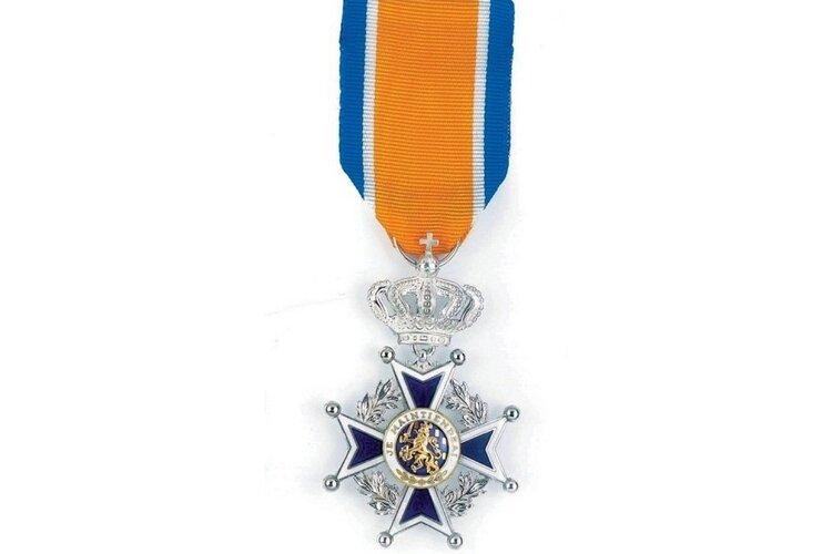 Jubileumpenning voor 100-jarig bestaan Vereniging Amateur Tuinders en Koninklijke onderscheiding voor voorzitter