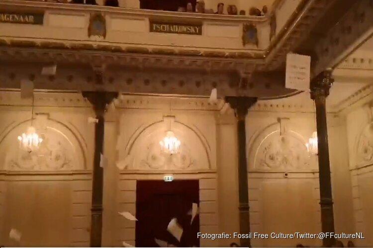 Actiegroep gooit tienduizend A4'tjes van balkon in Het Concertgebouw in Amsterdam