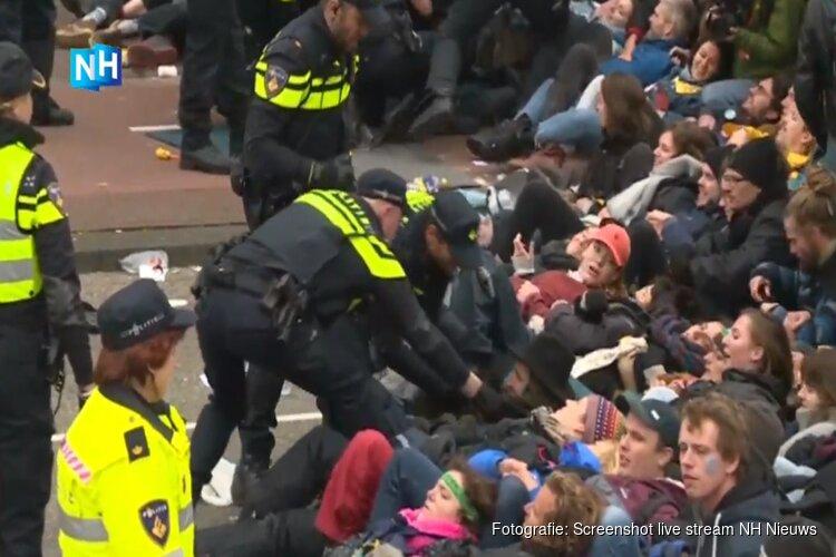 Politie grijpt harder in bij klimaatblokkade en roept stadsbussen op voor massale arrestaties