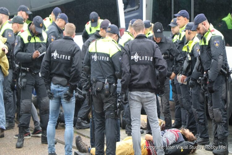 Politie pakt 130 milieuactivisten op bij blokkade Blauwbrug in Amsterdam