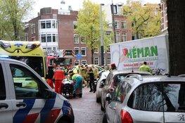 Vrachtwagen tegen woning in Amsterdam
