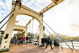 Amsterdamse iconen en perfect wandelweer laten Amsterdam City Walk stralen