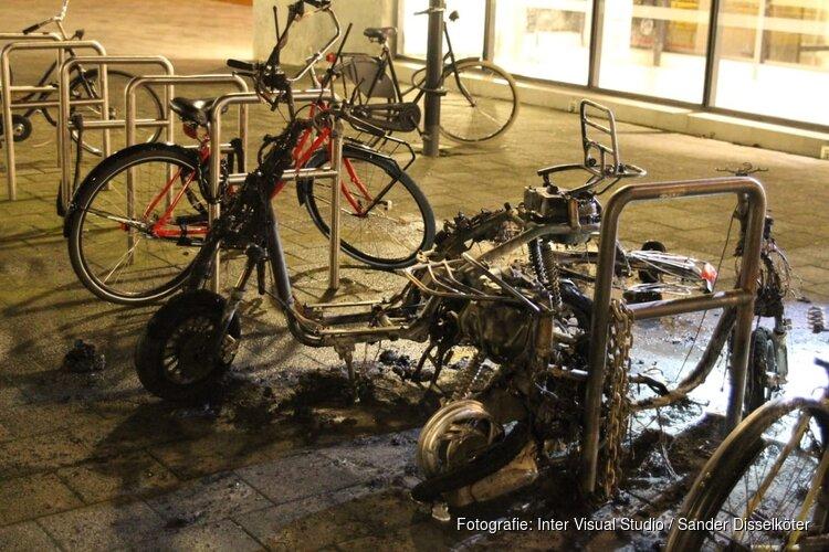 Twee scooters door brand volledig verwoest bij Metrostation Wibautstraat