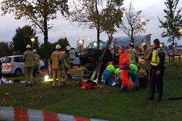 Auto belandt op kop op Radarweg in Amsterdam: twee gewonden