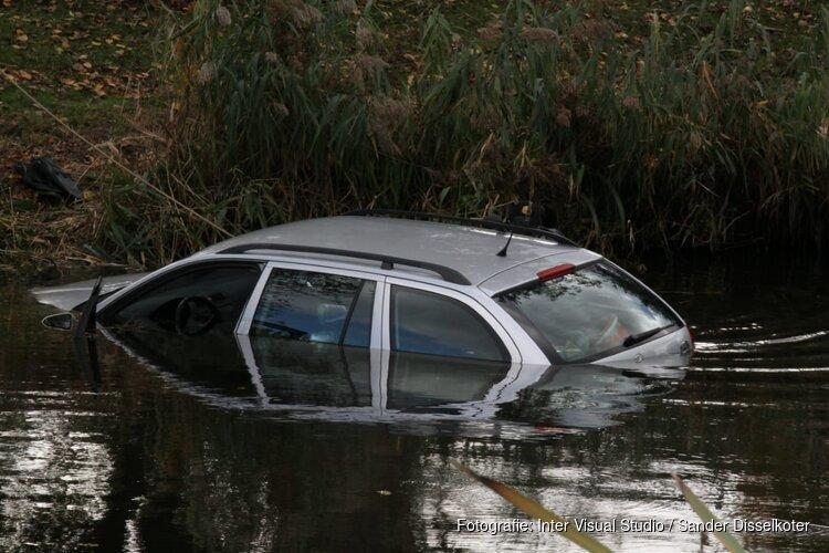 Auto te water in Amsterdam Nieuw-West