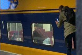 Zakkenroller op heterdaad gefotografeerd in trein op Amsterdam Centraal