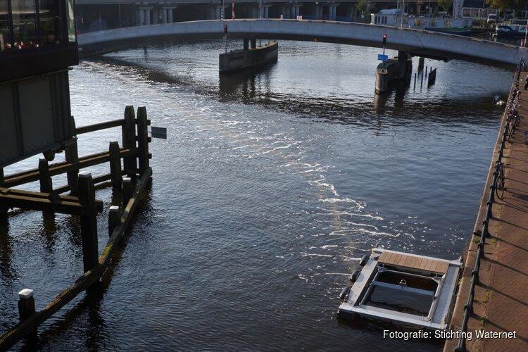 Eerste scherm van luchtbellen haalt plastic uit Amsterdamse grachten