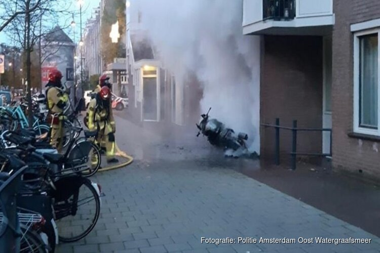 Woningen beschadigd door brandende motor in Amsterdam
