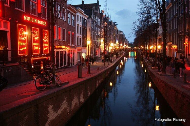 Amsterdam wil groepen voortaan zonder gids De Wallen op sturen