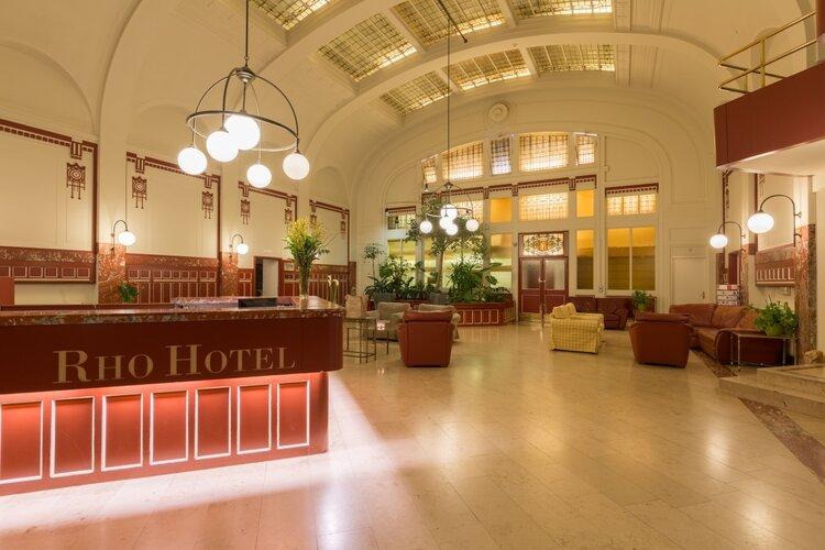 Enthousiaste medewerkers voor het ontbijt en de Hotelkamerschoonmaak bij Rho Hotel