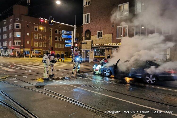 Auto vat vlam voor stoplicht