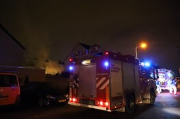 Straat blauw na brand in schuur Diemen