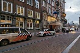 Man neergestoken na vermoedelijke vechtpartij met groep in Amsterdam