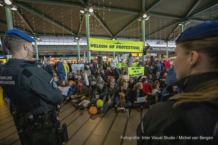 Tientallen actievoerders Schiphol Plaza weggehaald, protest gaat nog altijd verder