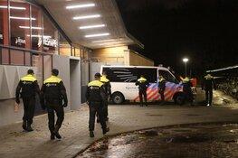 Actievoerders Greenpeace per bus overgebracht van Schiphol naar Santpoort-Noord