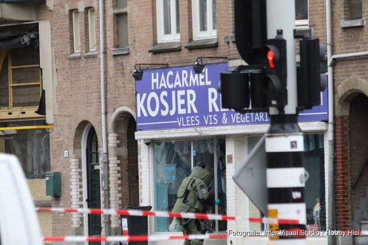EOD bezig bij het verdachte pakketje aan de Amstelveenseweg