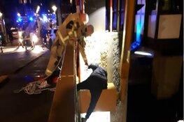 Omstander klimt op brugpilaar en redt drenkeling met touw