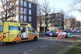 Motorrijder met spoed naar ziekenhuis na botsing in Amsterdam