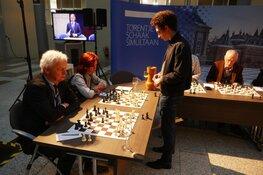 Tata Steel Torentjes schaak simultaan 2020 in hal Tweede Kamergebouw met diverse VOP leden